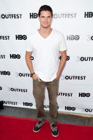 Robbie Amell 189