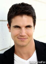 Robbie Amell 015