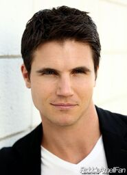 Robbie Amell 017
