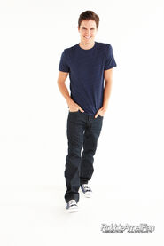 Robbie Amell 063