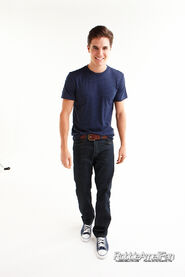 Robbie Amell 073