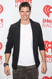 Robbie Amell 229