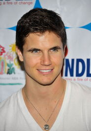 Robbie Amell 178