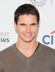 Robbie Amell 225