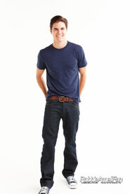 Robbie Amell 090