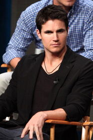 Robbie Amell 214