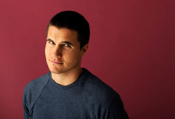Robbie Amell 007