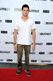 Robbie Amell 187