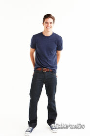 Robbie Amell 088