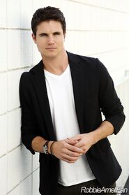 Robbie Amell 013