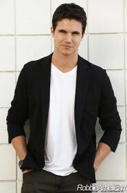 Robbie Amell 011