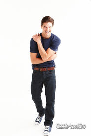 Robbie Amell 082