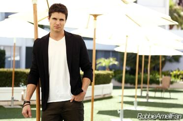 Robbie Amell 018