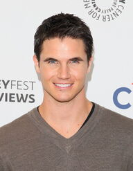 Robbie Amell 221