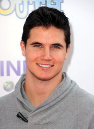 Robbie Amell 171