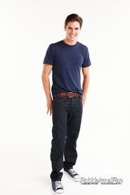 Robbie Amell 096