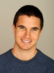 Robbie Amell 006