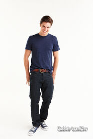 Robbie Amell 094
