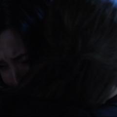 Callie und Abby umarmen sich