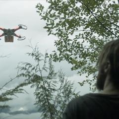 Murphy entdeckt die Drohne vor dem Bunker