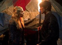 The-100-1x06-Bellamy-et-Clarke