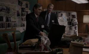 S02E10-Gaad Stan briefcase