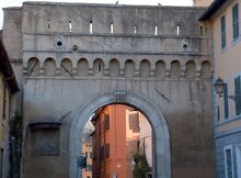 Lado externo de la Puerta Septimiana