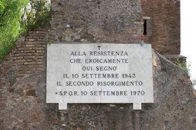 Placa conmemorativa en la Puerta Ostiense