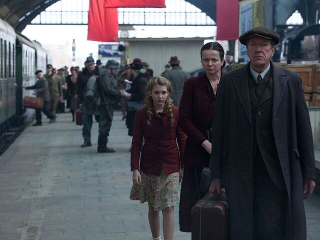 File:The-book-thief-geoffrey-rush-emily-watson-sophie-nelisse.jpg