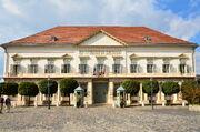 Sándor-palota napsütésben
