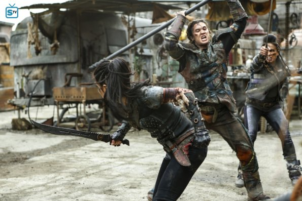File:The 100 4x10 - Octavia & Ilian fighting.jpg