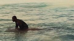 Beetee lavándose la sangre en el lago alrededor de la Cornucopia