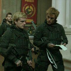 Кастор, Пит Мелларк и Финник Одэйр в составе отряда 541 в Капитолии