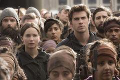 Gale y Katniss durante un discurso en el Distrito 8
