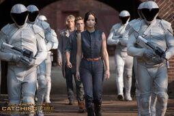 Katniss, Haymitch y Peeta escoltados