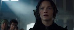 Katniss Everdeen observando a los habitantes de los distritos destruidos