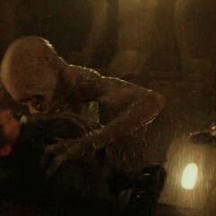 Переродок-ящерица нападает на Гейла Хоторна]] в одном из тоннелей  Трансфера