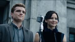 Katniss y Peeta durante la Gira de la Victoria