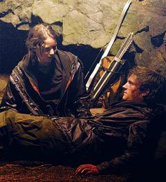 Katniss y Peeta en una cueva