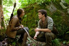 Katniss y Gale en el bosque