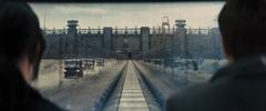 Katniss y Peeta observando el Distrito 11 desde el tren