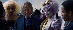 Portia, Haymitch, Cinna y Effie luego del desfile