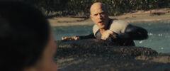 Katniss observa a Brutus luego de nadar hacia las rocas