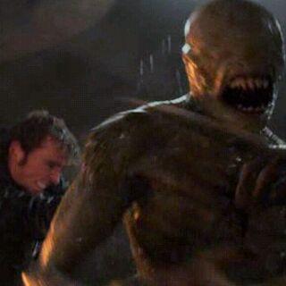 Финник Одэйр убивает ящера-переродка ударом трезубца