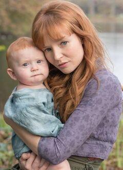 Annie Cresta junto a su hijo