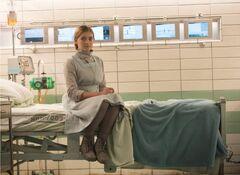 Prim en una camilla del Hospital del Distrito 13