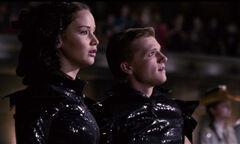 Peeta y Katniss en el desfile de tributos de los 74° JDH