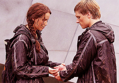 Katniss y Peeta a punto de comer la bayas