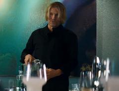 Haymitch sirviendose una copa