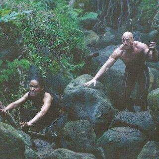 Брут и Энобария преследуют Китнисс.